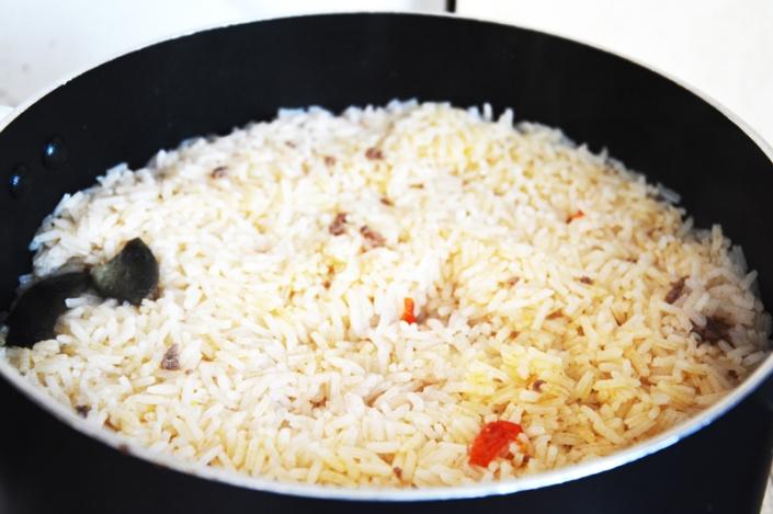 Pärast kui riis keenud - aedviljad on üles kerkinud ja paistavad riisi alt välja.
